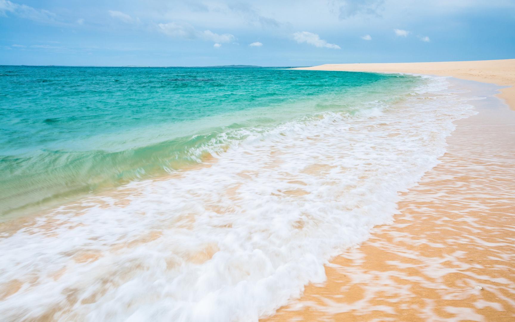 Дикий пляж на море, песок, волны, 1920 на 1200 пикселей