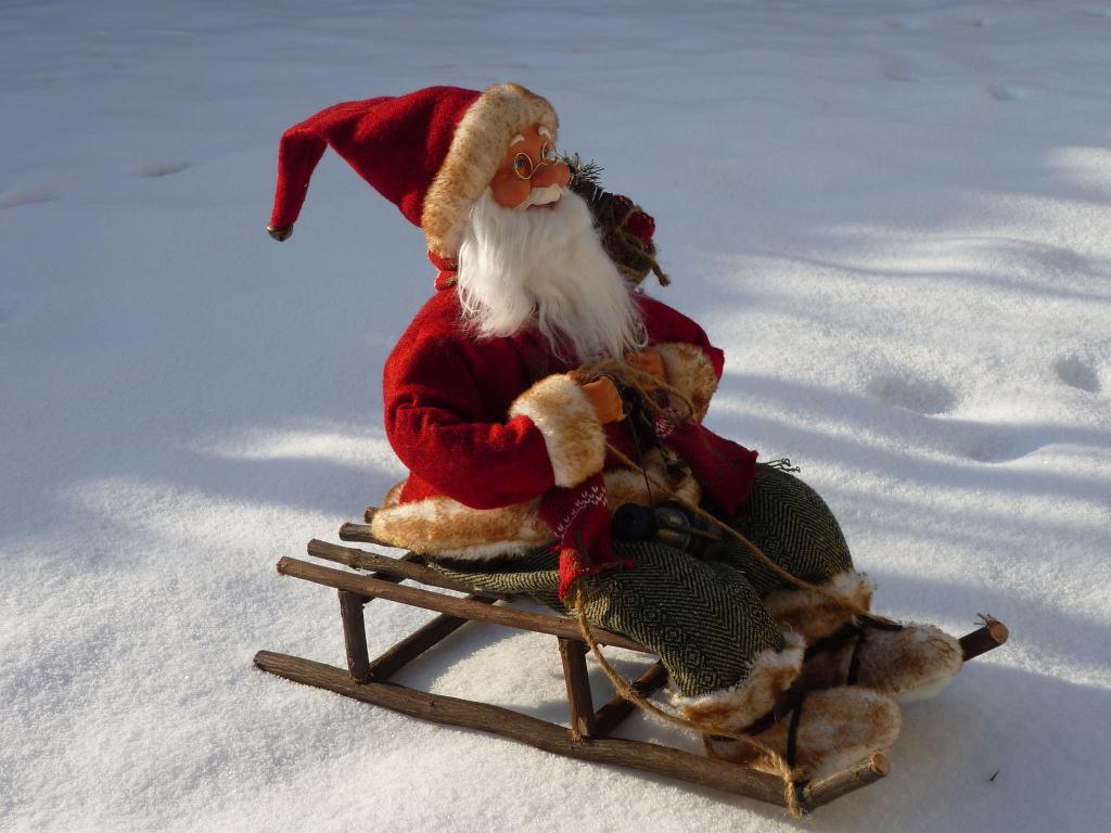 Игрушка деда Мороза, Игрушечный Санта на санях, 3260 на 2445 пикселей