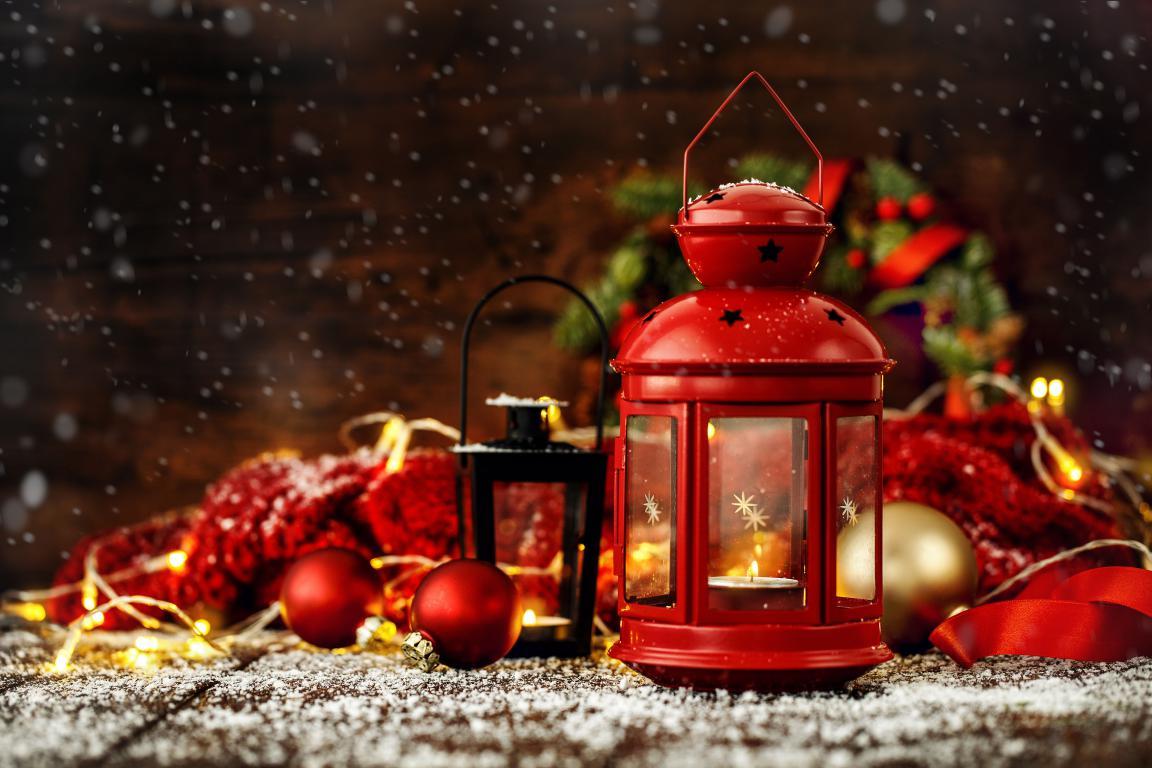 Новогодний декор, красный фонарь и игрушки, 4k uhd, 3840 на 2560 пикселей
