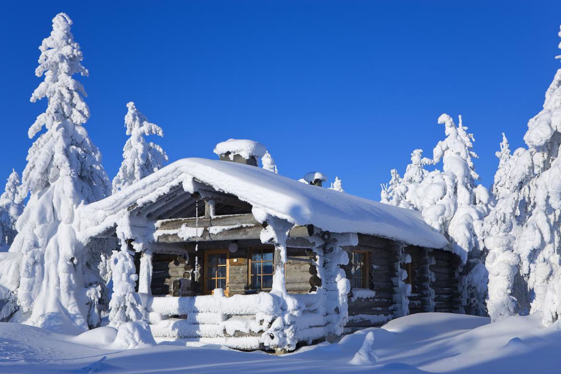 Домик в зимнем лесу в зимнее время, 3840 на 2560 пикселей