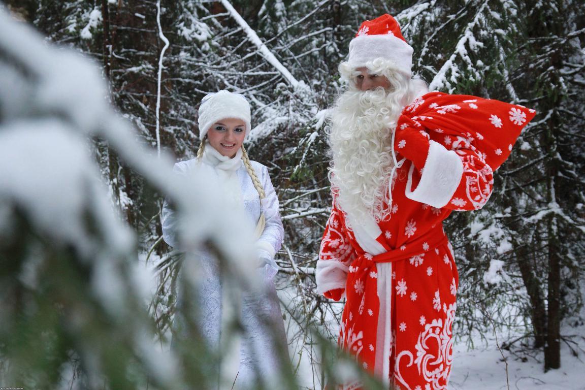 Дед мороз и снегурочка в зимнем лесу, 3450 на 2300 пикселей