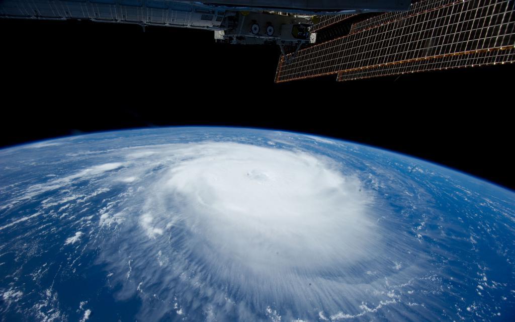 Ураган на земле, вид из космоса, спутник, ultra hd 4k, 3840 на 2400 пикселей