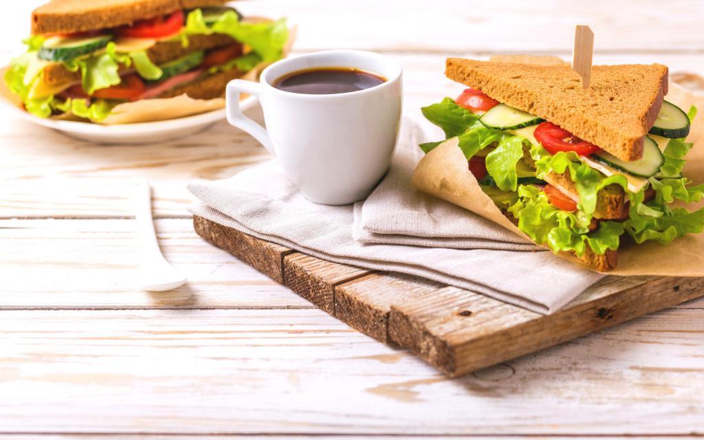 Сэндвич с чашкой кофе на завтрак, обои еда широкоформатные, 2560 на 1600 пикселей