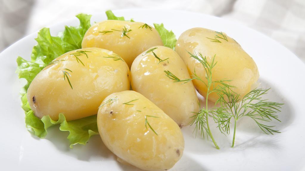 Вареный картофель с листом салата и зеленью, 1920 на 1080 пикселей