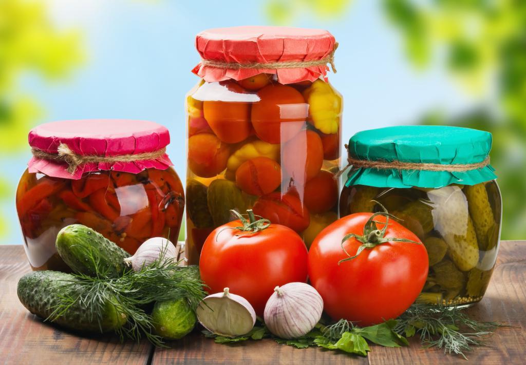 Три банки с заготовками из огурцов, помидоров и сладкого перца, 5000 на 3473 пикселей