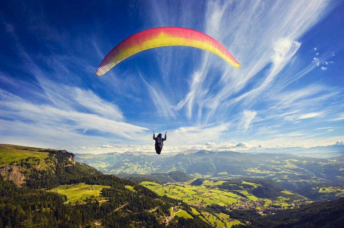 Парашютист в небе, облака, горы, поля, парашют, панорама, лес, 2560 на 1700 пикселей