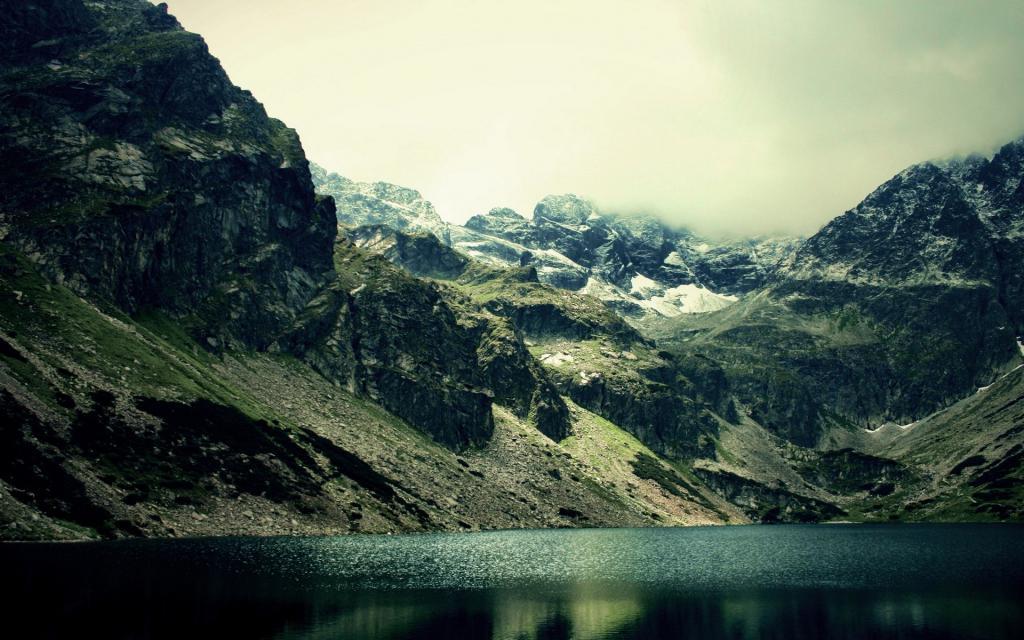 Пейзаж в горах у озера HD, 1920 на 1200 пикселей