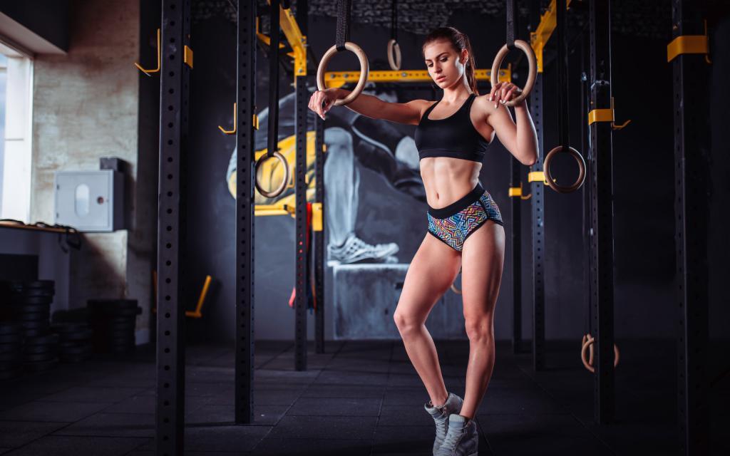 Спортивная девушка в топике, 2560 на 1600 пикселей