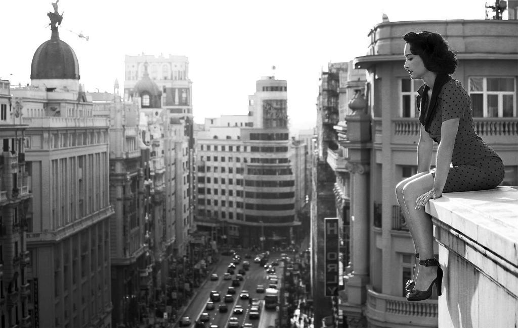Девушка сидит на крыше, новые черно белые фото, 2045 на 1300 пикселей